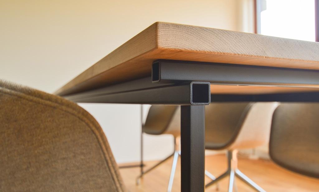 eiken-tafel-zwart-stalen-frame