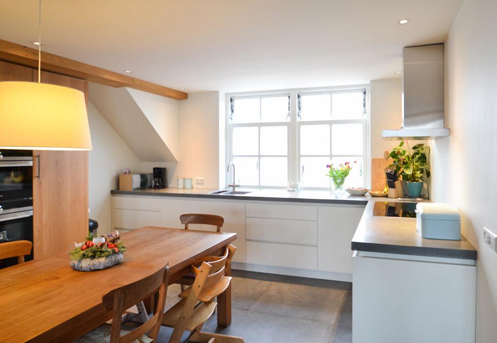 keuken met betonnen blad en eiken kast