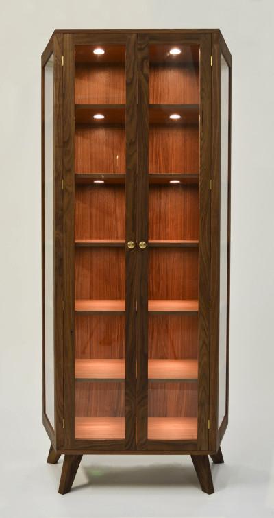 vitrinekast-notenhout-licht-vooraanzicht